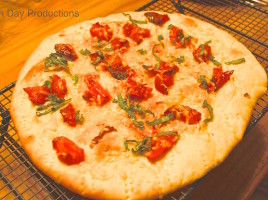 margherita-pizza with roasted tomatoes